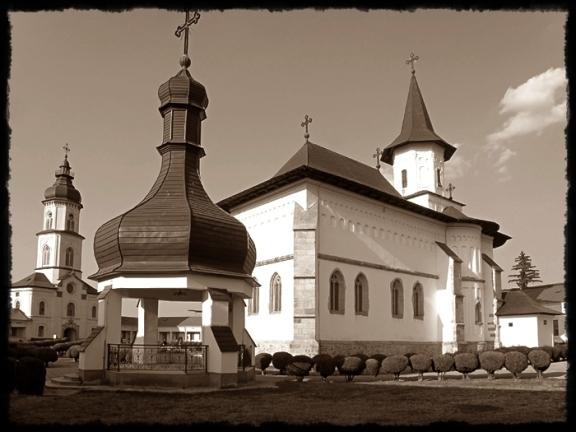episcopia-romanului-curtea-interioara