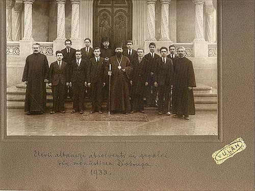 Octombrie 1931 - Episcopul de Hotin Visarion Puiu alaturi de seminaristi de origine albaneza